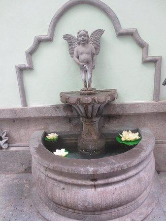 Hotel Puebla de Antano: Fuentes del Hotel por las habitaciones