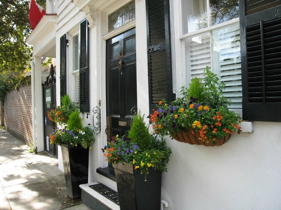 Charleston Footprints Walking Tours: So many pretty flower boxes!