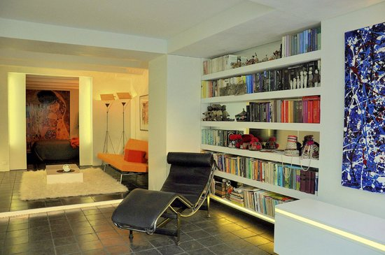 Appartement Maurits: modern apartment relaxing chair' overview to  sitting room