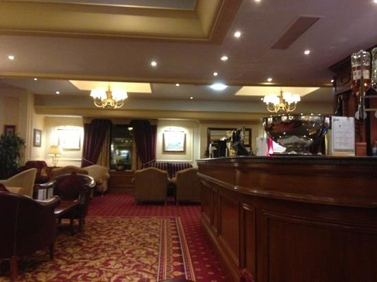 Lodore Falls Hotel: empty bar and lounge