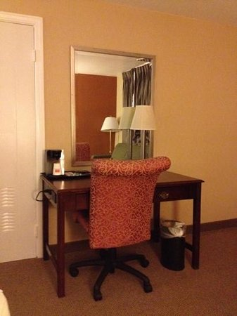 Econo Lodge: Desk area King Room