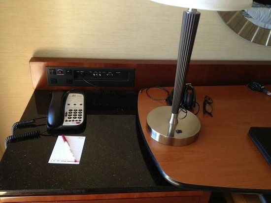 Doubletree Hotel San Diego Downtown: I like this port station that allows you connect whatever to tv