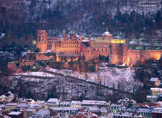 Almanya: Heidelberg/Neckar: castle, illuminated, in winter