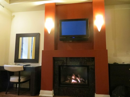 Sterling Inn & Spa: Fireplace with large flatscreen tv above