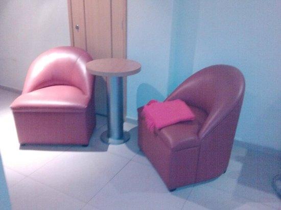 Hotel Orense Express: Sillas cómodas y mesita dentro de la habitación