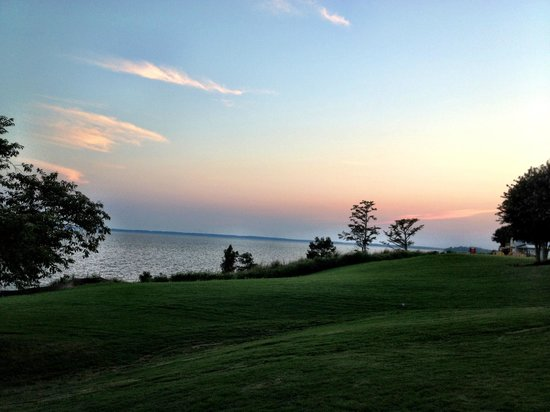 Kingsmill Resort: sunset over river