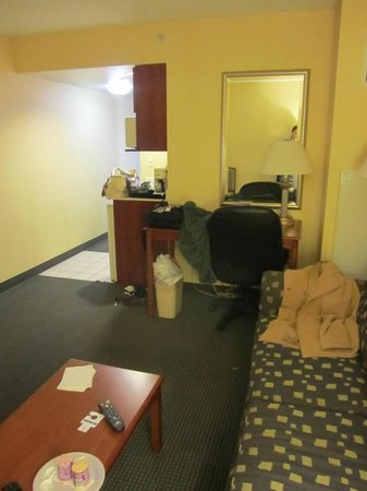 Holiday Inn Express Buffalo Airport: sitting room in king suite