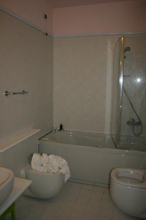 Tropis Hotel: Bathroom.