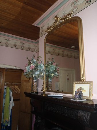 Barnsley House Bed & Breakfast: Hand painted wallpaper