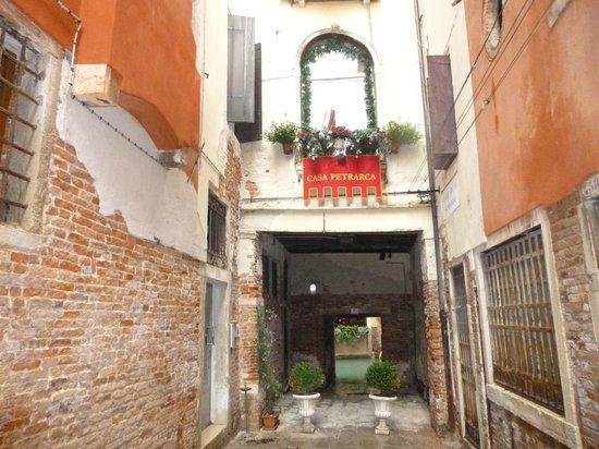 Hotel Casa Petrarca : Entrance on left