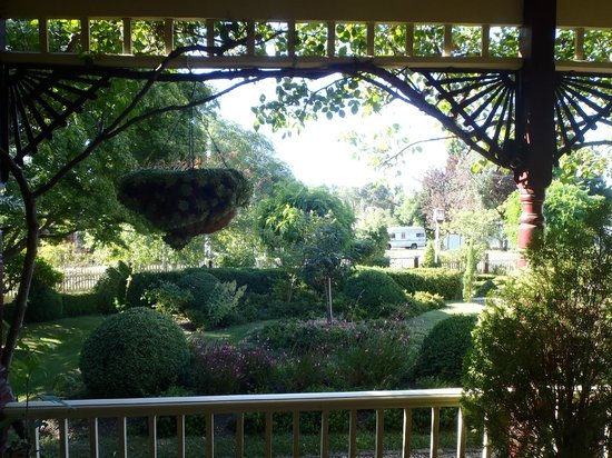 Barnsley House Bed & Breakfast: View to the gardens