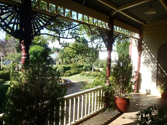Barnsley House Bed & Breakfast: View to the garden from verandah