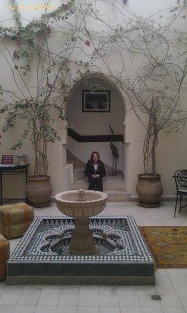 Riad Maison Belbaraka: Central patio area of the riad