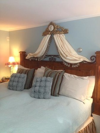 Hartstone Inn & Hideaway: Sweet Woodruff Room