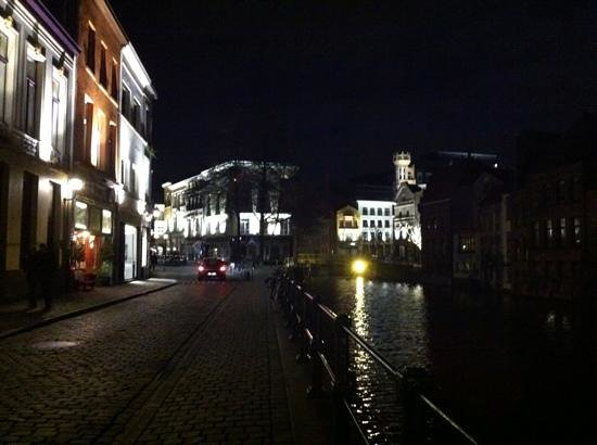 Hotel Harmony: picture taken with hotel behind us, beautiful Ghent