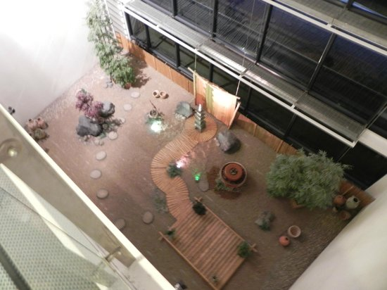 Radisson Blu Hotel, Manchester Airport: Over-sized Japanese Garden!