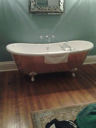 The Twelve Oaks Bed & Breakfast: Tub!