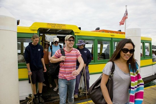 Cronulla & National Park Ferry Cruises: Passengers disembarking at Bundeena wharf