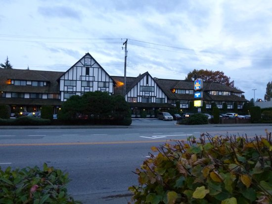 Abercorn Inn Vancouver Airport: From the road.