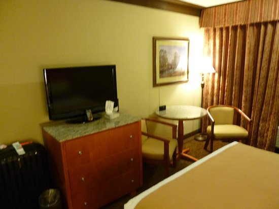 BEST WESTERN PLUS Abercorn Inn: TV and work space.