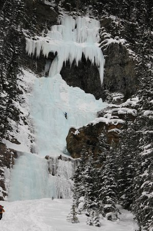 Fairmont Chateau Lake Louise: Frozen Waterfall at end of Lake