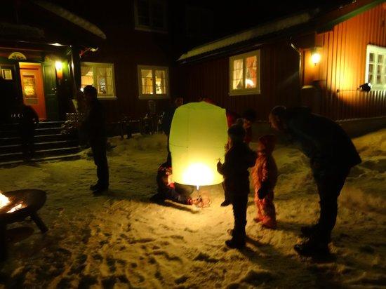 Rondane Gjestegard: Midnight 2012/2013, sending in the air wishing lanterns with everyone