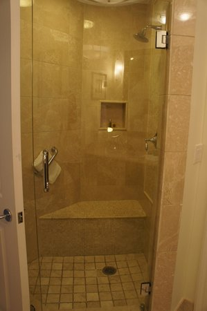 Seven Stars Resort & Spa: Junior Suite Ocean Front - walk-in shower