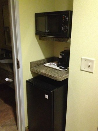 BEST WESTERN PLUS Brunswick Inn & Suites: Coffee bar in room