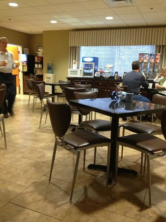 BEST WESTERN PLUS Brunswick Inn & Suites: Breakfast room