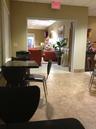Best Western Plus Brunswick Inn & Suites : Looking out into the lobby from large breakfast area