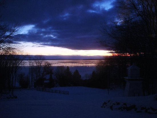 Beacon Shore Bed & Breakfast: Dawn on the Frozen Bay