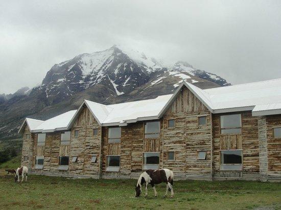 Las Torres Patagonia: Vista externa da suite Cipres, com Almirante Nieto atrás