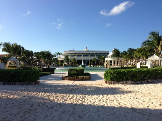 Iberostar Grand Hotel Paraiso: view from beach to main pool