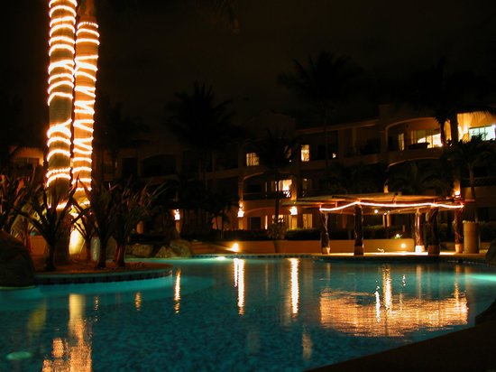 Las Mananitas: Pool at night