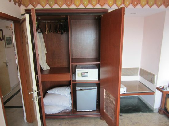 The Emerald - Hotel & Service Apartments: Closet in MBR. Note safe & fridge.