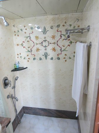 The Emerald - Hotel & Service Apartments: Master Bath Shower