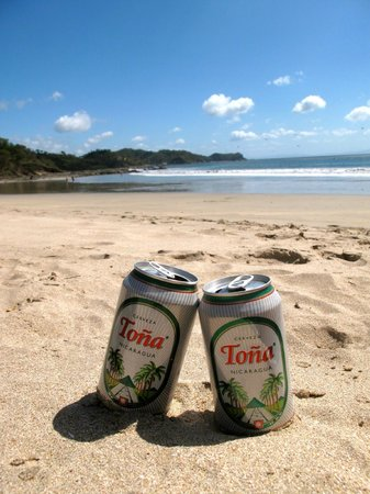 Empalme a Las Playas: Cold Tona on the beach.. life is good!