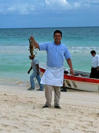 Las Ranitas Eco Boutique Hotel: Selecting the catch of the day!