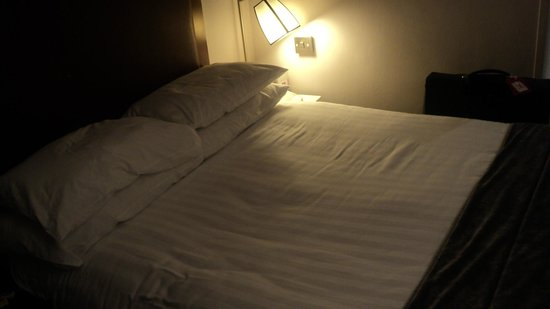 Mercure London Kensington: The bed is actually good.