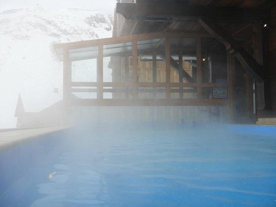 Hotel Les Campanules : Piscine extérieur chauffée avec vue sur le lac (profondeur 1m50)