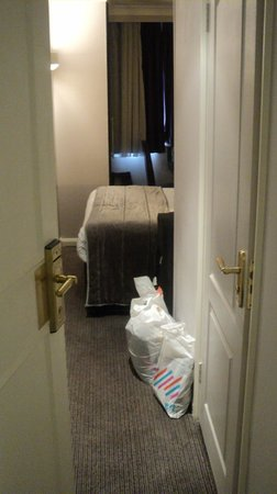 Mercure London Kensington : Upon opening the door, tiny.