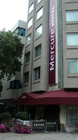 Mercure London Kensington: Outside, the first glance of the building.