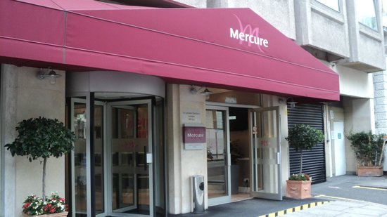 Mercure London Kensington : Front entrance, looks more like a cafe.