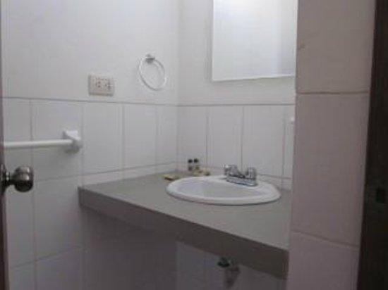 Meridian Hotel: Bathroom sink