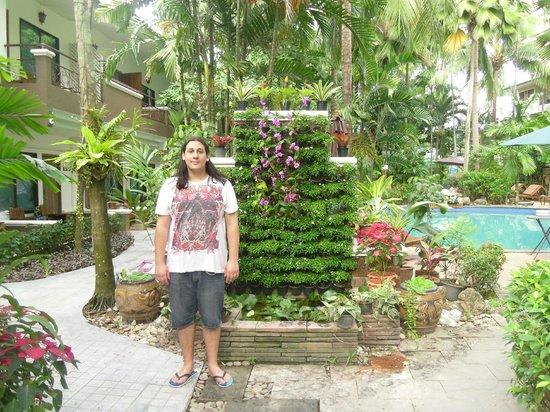 The Viridian Resort: Lovely tropical gardens
