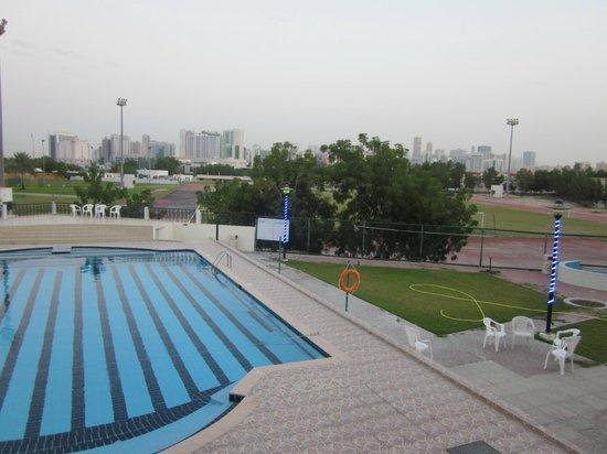 Dubai Youth Hostel : Piscine outside