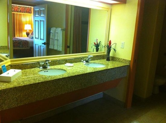 Kauai Coast Resort at the Beachboy: Double sinks in the bathroom in a One Bedroom Suite. Shower with tub.