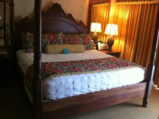 Kauai Coast Resort at the Beachboy: King Size Bed with Down comforter and Down pillows in One Bedroom Suite