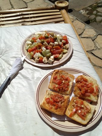 Hotel Spa Granada: Greek salad and bruschetta