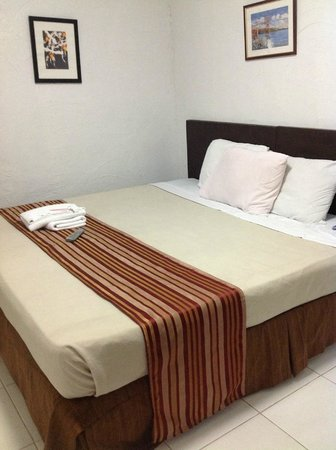 Tagaytay Lake View Villa: Two double beds put together to make a king sized bed